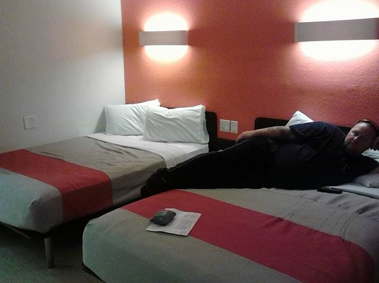 Motel 6 Las Vegas - Tropicana: Modern new platform beds