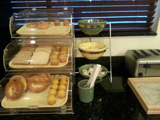 Quality Inn and Suites Mount Dora: Continental Breakfast