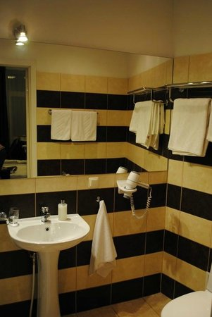 Primo Hotel: Bathroom