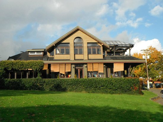 Spinnakers Brewpub and Guesthouses: Spinnaker Pub harbour side