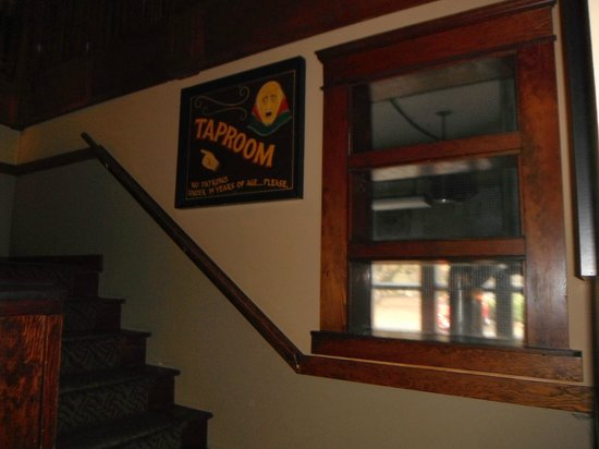 Spinnakers Brewpub and Guesthouses: Upstairs Brew Pub