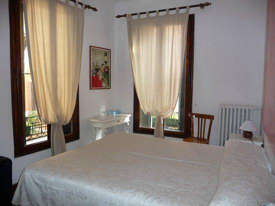 Hotel San Samuele: Corner windows