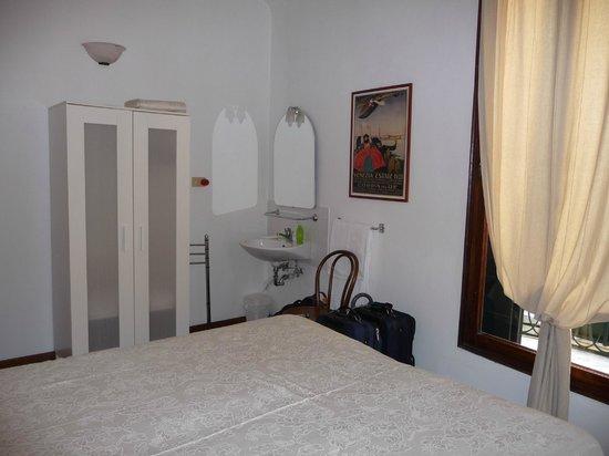 Hotel San Samuele : In room sink