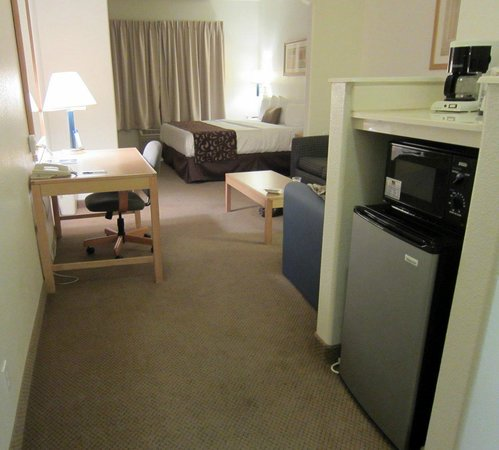 Best Western Plus DFW Airport Suites: Large room with sitting area and microwave plus fridge