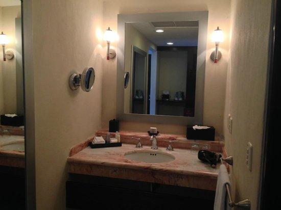 Omni Cancun Resort & Villas: well lit bathrooms