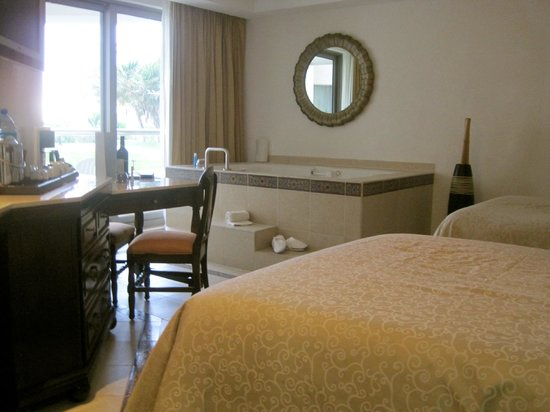 Heaven en Hard Rock Hotel Riviera Maya: In-room hot tub :)