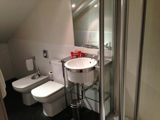 Room Mate Laura: clean and spacious bathroom