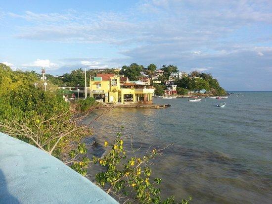 Hostel Bahia Del Paraiso: view from the boardwalk towards the hostel