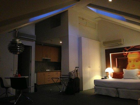 Room Mate Laura: Roomy suite