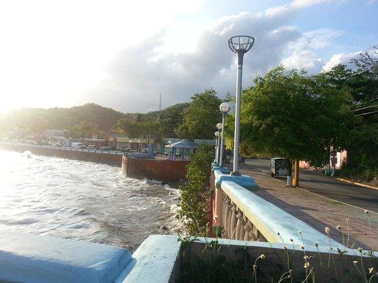Hostel Bahia Del Paraiso: view of the boardwalk, a 5 minute walk from the hostel