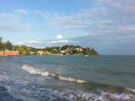 Hostel Bahia Del Paraiso: view back towards the hostel from the boardwalk