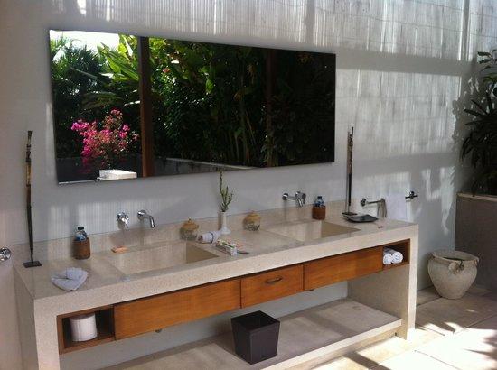 Nyaman Villas : Bathroom