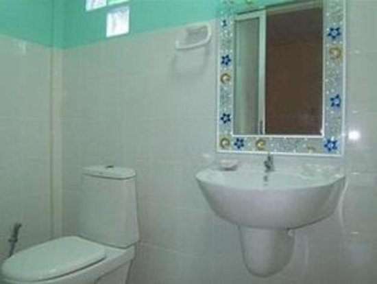 Phuket Airport 24/7 Hotel: Guestroom Bathroom