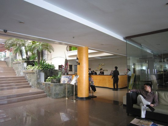 The Lake Hotel Tagaytay : 出入的這道階梯有一點挑戰性