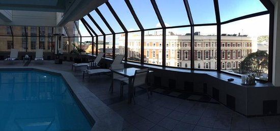 InterContinental Wellington: Roof top Pool with view of Harbour