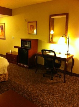 Hampton Inn Oneonta : Suite large desk with lots of outlets