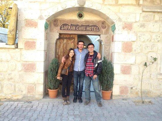 Safran Cave Hotel: フロントのVeliさん(真ん中)甘いマスクのハンサムなお兄さんでした
