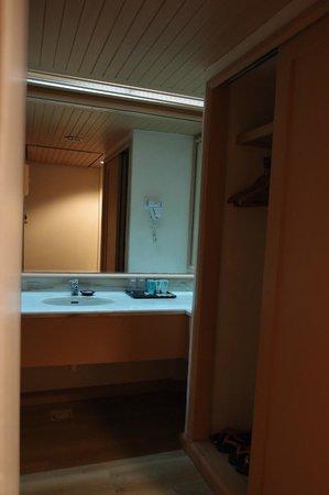 Swiss-Garden Beach Resort Damai Laut: The wash basin just next to the bathroom