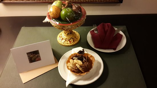 The Tanjung Benoa Beach Resort - Bali: Welcome fruit and cookies in our room