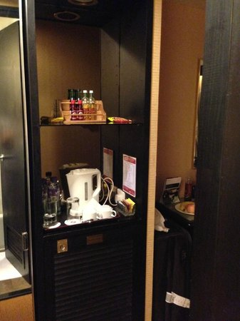 Ramada Hotel Kowloon: Welcome fruit plate and complimentary coffee, tea, bottled water