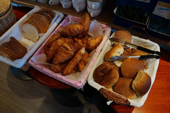 Clemens Hotel: Many types of delicious breads