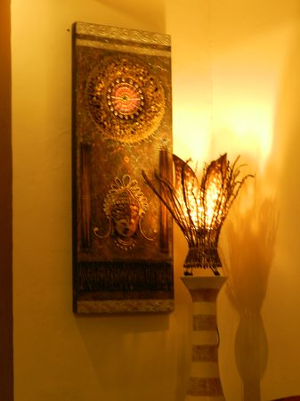 Bumi Ayu Rising Sun B&B : beautiful lamp and artwork in the above room