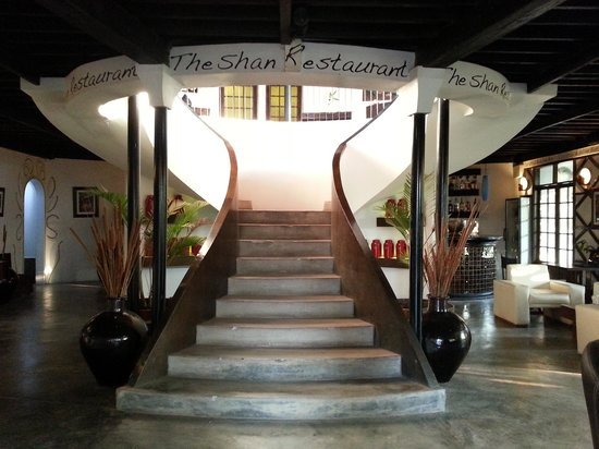 ViewPoint Lodge & Fine Cuisines: Lobby and the stairs up to the restaurant