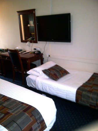 Ibis Styles Albany: TV above bed