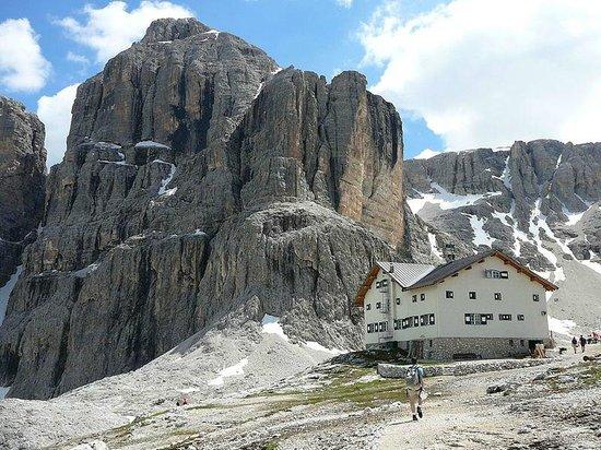 Rifugio Cavazza Franco Al Pisciadu: il Rifugio Franco Cavazza e dietro la Cima Pisciadù