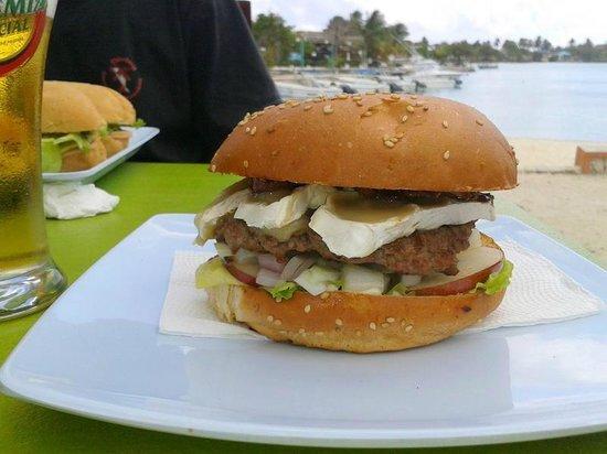 Saona Cafe: favorite burger