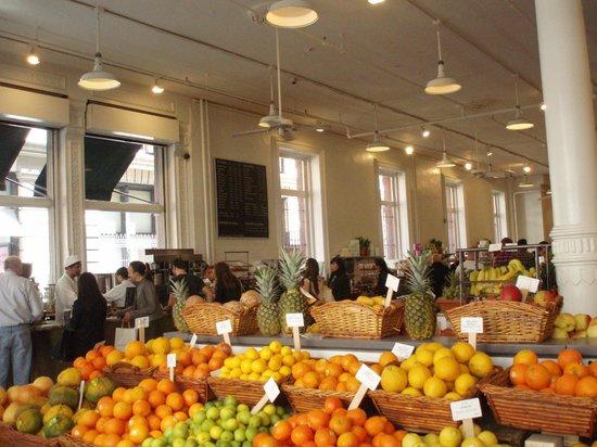 Вид на кафетерий в магазине Dean & Deluca
