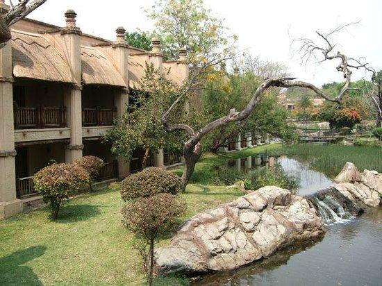 The Kingdom at Victoria Falls: ジャングルクルーズ風の中庭