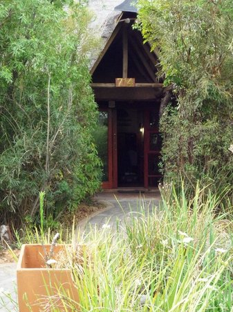 Misty Hills Country Hotel: ingang hut
