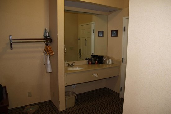 Quality Inn of Harrisonburg: Mirror and faucets outside of the bathroom