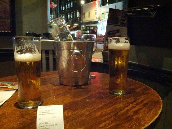 O'Neills : due pinte di birra pronte per essere scolate..
