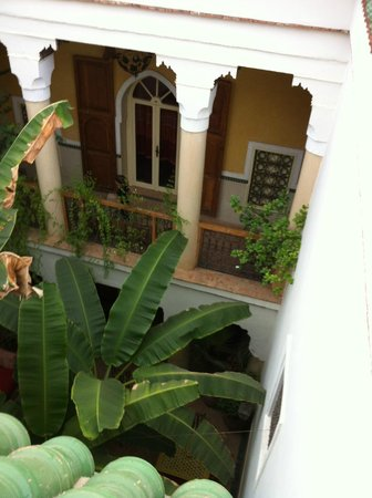 Riad Ker Saada: Looking down from terrace into courtyard