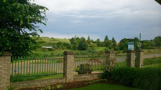 Thaba Tsweni Lodge & Safaris: View from the master bedroom looking torwards the gate to the lodge