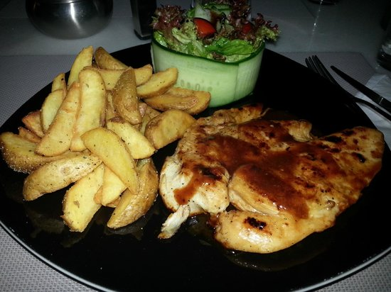 Edesta: Grilled chicken with barbecue sauce, fresh salad and potatoes