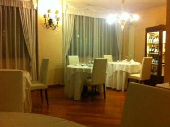 Elegante sala da pranzo, menù minimal - Picture of Hostellerie du ...
