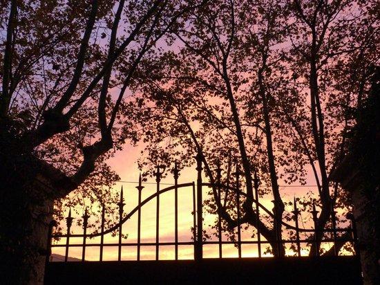 La Maison de Rocbaron: Coucher du soleil sur le portail du parking .