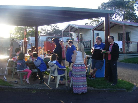 Warrnambool Holiday Park and Motel: Shared a BBQ for 6 families here near the pool.
