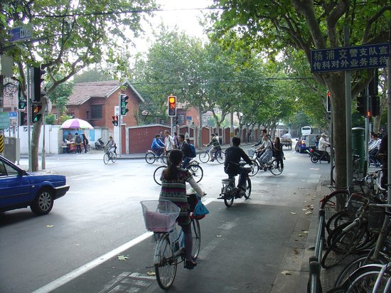 Crowne Plaza Shanghai Fudan: Along Guoquan Rd