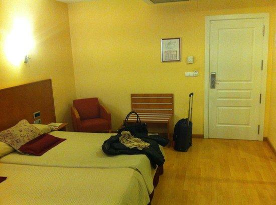 Hotel Alfonso VIII de Cuenca: habitacion amplia y renovada
