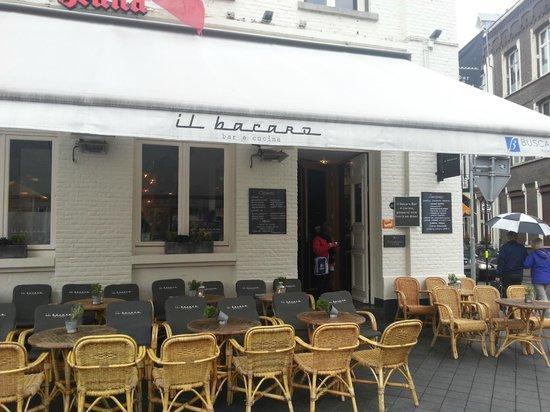 il bacaro : ingresso del locale e tavolini