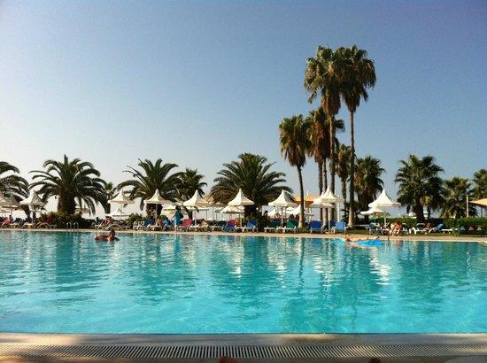 Turquoise Resort Hotel & Spa : Вид на основной бассейн с шезлонга
