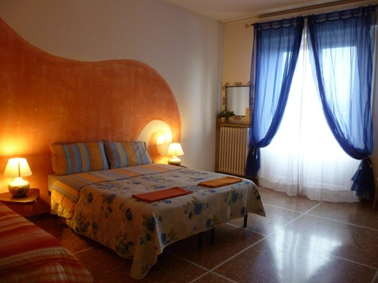 Casa Nuestra : Camera Rosso! Possibility to add a third bed