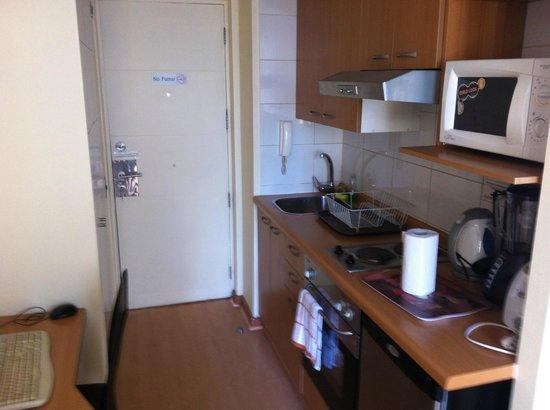 Apart Center Temporary Rent: Cozinha e porta de entrada