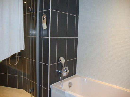 Novotel Suites Paris Issy les Moulineaux: salle de bains