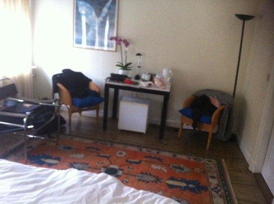 Brugge Bed & Breakfast : und vom Bett aus. Unterm Tisch ist ein kleiner Kühlschrank.