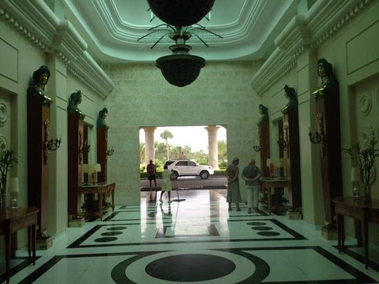 Iberostar Grand Hotel Bavaro: вход в отель